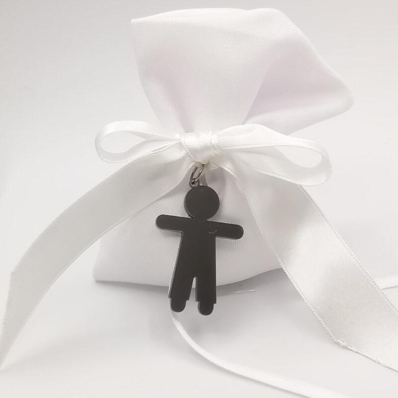 bomboniera ciondolo a forma di bambino in termoresina grigio e sacchetto stoffa porta confetti
