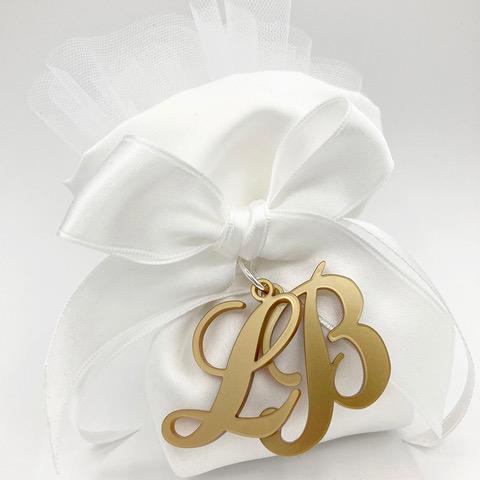 bomboniera whitedesign con ciondoli ad iniziali in termoresina oro