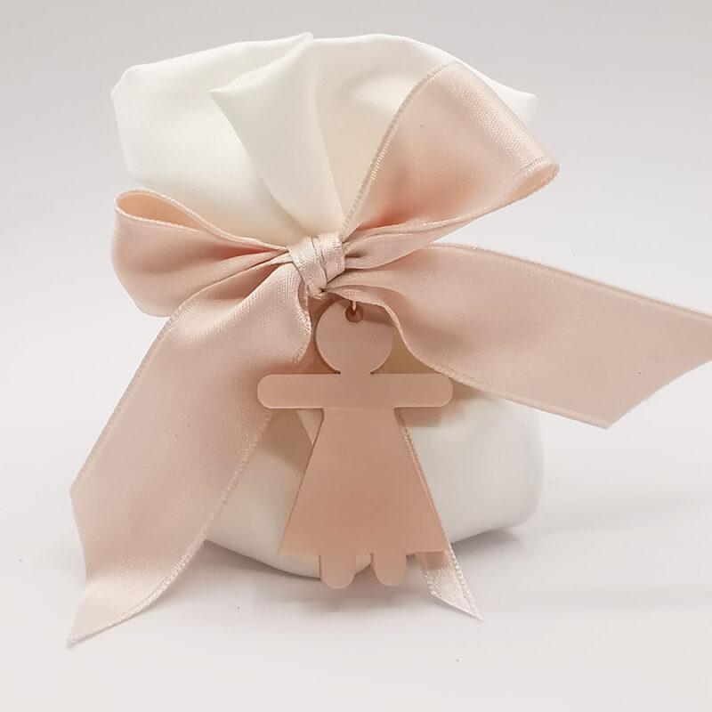 bomboniera ciondolo a forma di bambina in termoresina rosa consacchetto porta confetti stoffa bianca
