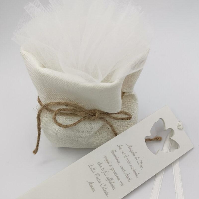 Dettaglio bomboniera segnalibro in pvc compatto intagliato ad angelo con sacchetto porta confetti color lino naturale