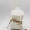 Sacchetto in lino bianco porta confetti con inserto in tulle bianco e bomboniera segnalibro pvc compatto intagliato ad angelo