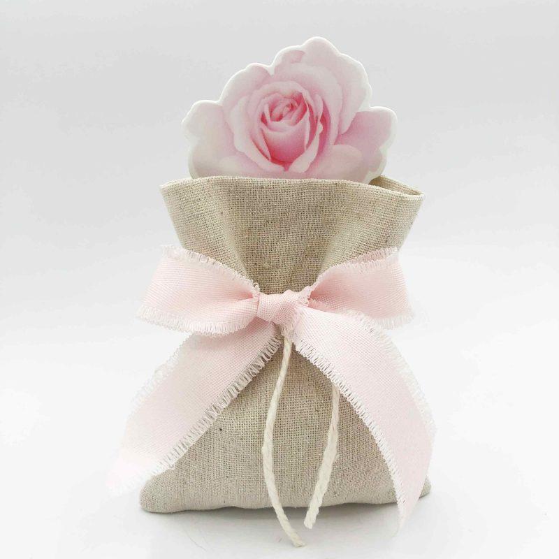 bomboniera juta con segnalibro fiore e nastro rosa sfrangiato